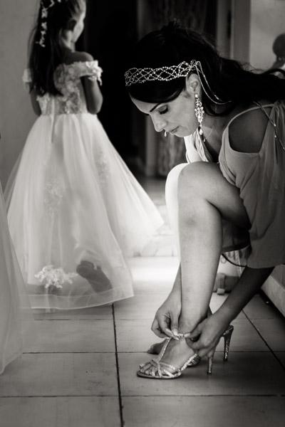 Jean Coubard-Photographe-Toulouse-photo de l'habillage de la mariée