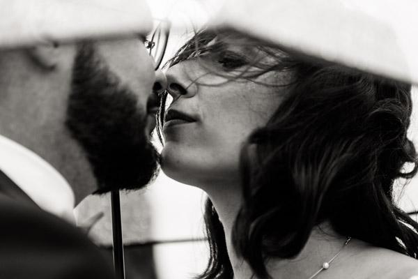 Mariage de Marion & Nicolas- Jean Coubard-Photographe-Bordeaux-Photos de couple sous la pluie gros plan