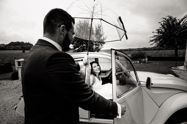 Mariage de Marion & Nicolas- Jean Coubard-Photographe-Bordeaux-Photos de la sortie de voiture des mariés, Citroën 2CV sous la pluie