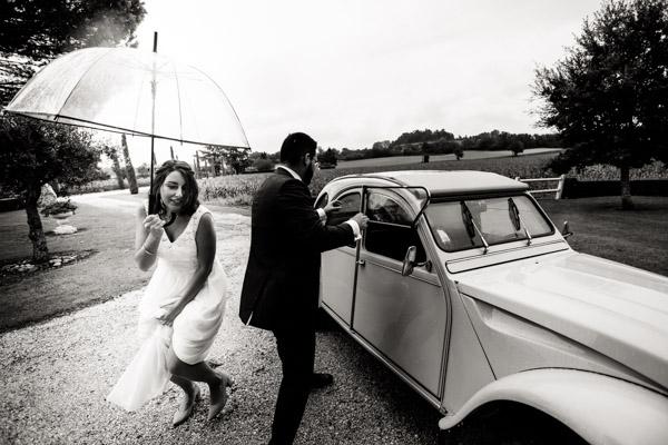 Mariage de Marion & Nicolas- Jean Coubard-Photographe-Bordeaux-Photos de la sortie de voiture des mariés, Citroën 2CV