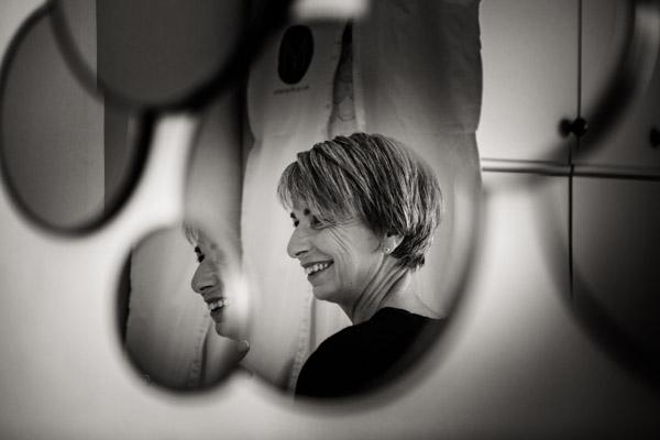 Mariage de Marion & Nicolas- Jean Coubard-Photographe-Bordeaux-Photos de la la mère de la mariée dans un miroir
