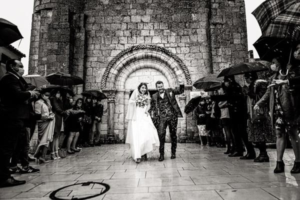Mariage de Marion & Nicolas- Jean Coubard-Photographe-Bordeaux-Photos de la sortie d'église sous la pluie