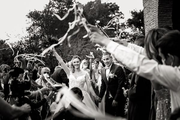 Jean Coubard-Photographe-Toulouse-sortie des mariés a l'église sous les rubans