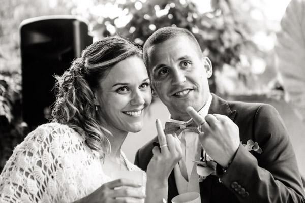 Jean Coubard-Photographe-Toulouse-les mariés montrent leurs alliances