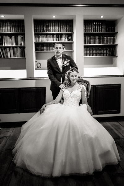 Jean Coubard-Photographe-Toulouse-photos de couple devant une bibliothèque