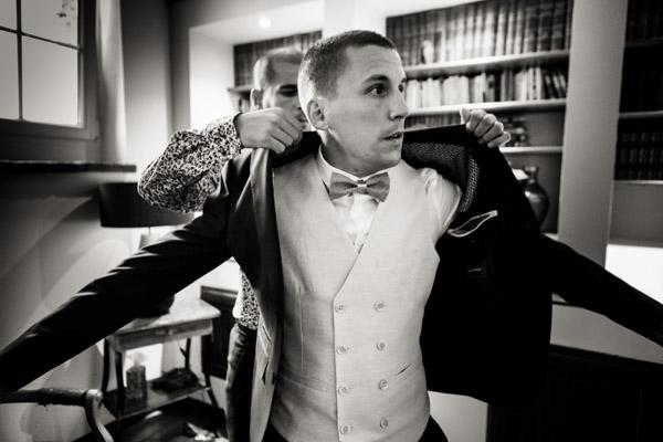 Jean Coubard-Photographe-Toulouse-le marié passe sa veste