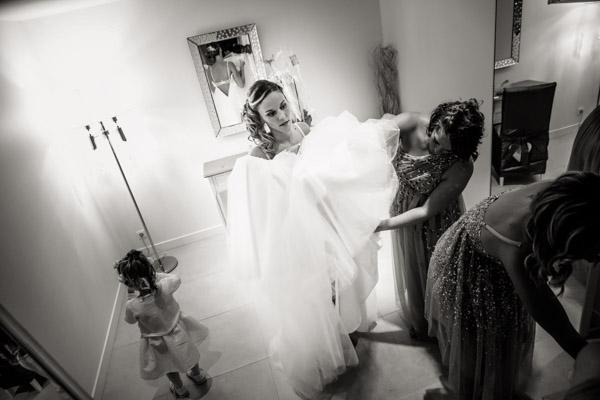 Jean Coubard-Photographe-Toulouse-la mariée enfile a robe