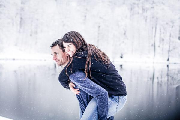 Séance Couple-Jean Coubard-Photographe- Pyrénées, Couple au bord d'un lac de montagne