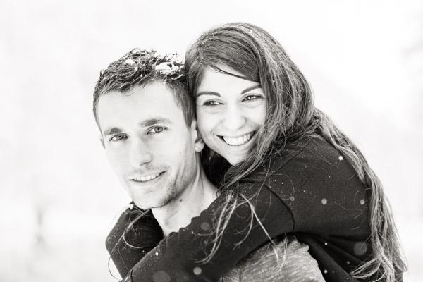 Séance Couple-Jean Coubard-Photographe-couple sous les flocons en hiver au lac de Bethmale