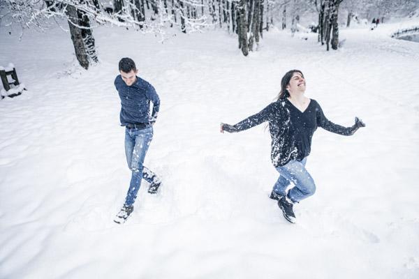Séance Couple-Jean Coubard-Photographe-Couple courant dans la neige