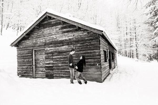 Séance Couple-Jean Coubard-Photographe- Pyrénées, Couple devant un chalet en bois