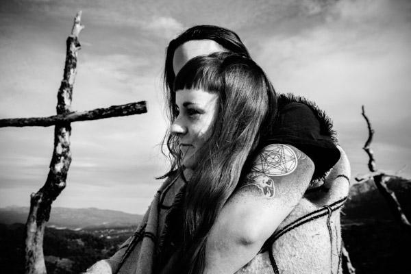 Séance Couple - Jean Coubard-Photographe- - catalunya-spain - Montserat, lui dire je t'aime dans le creux de l'oreille